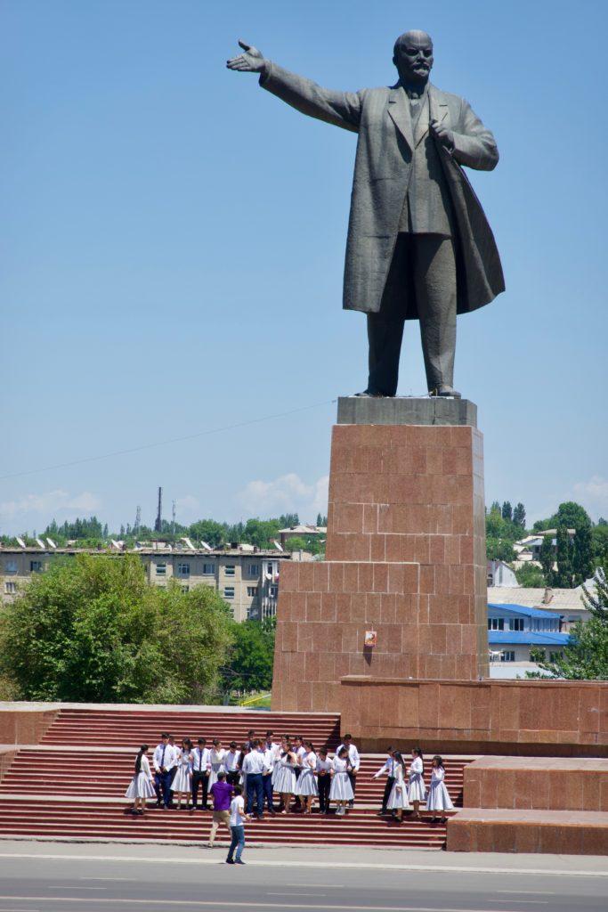 Lenin Statue vor dem Stadtgebäude (und der Abschlussklasse für das Abschlussfoto)