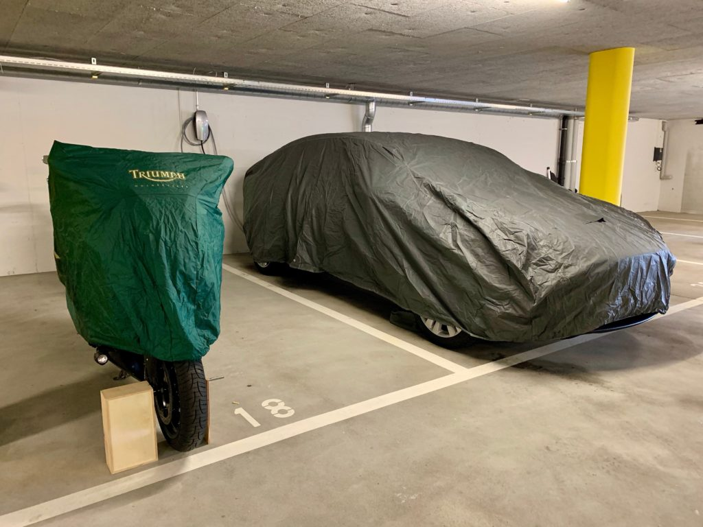 Eingemottete Fahrzeuge (mach beachte das mit aufgebockte Motorrad)