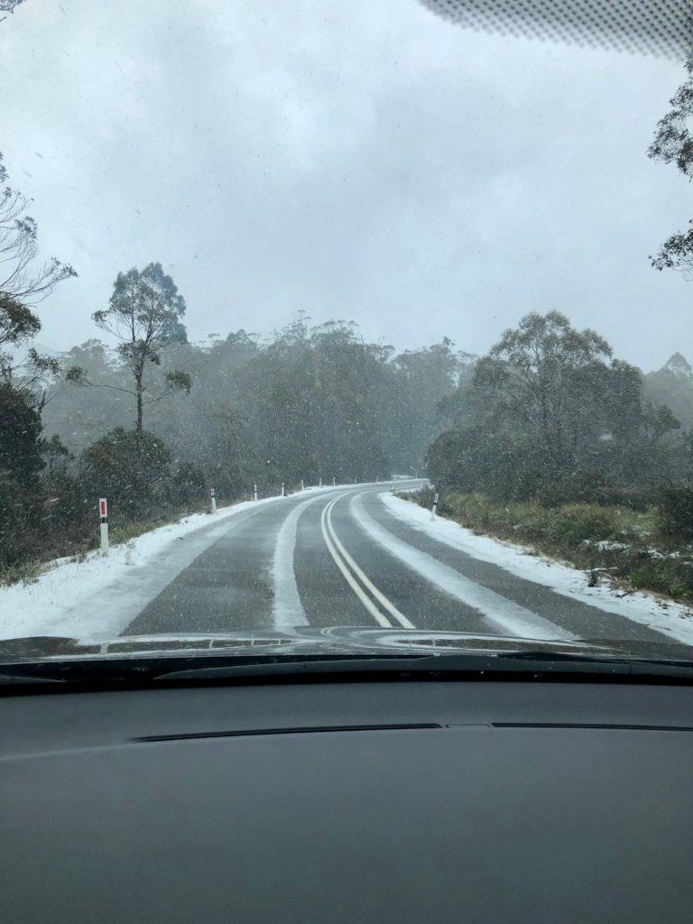 Schneebedeckte Strasse in Tasmanien