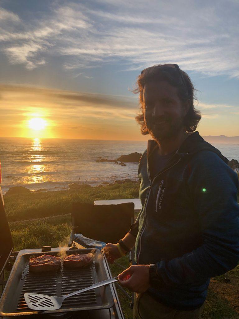 Grillieren beim Sonnenuntergang