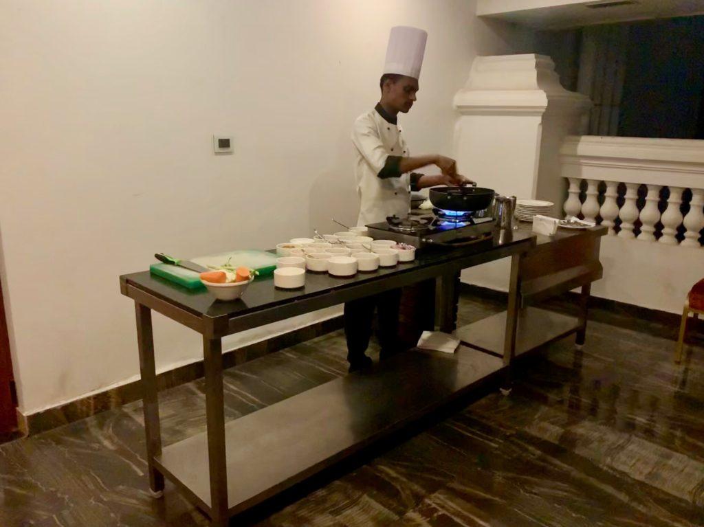 Show-Zubereitung eines Kerala-Chicken-Curry
