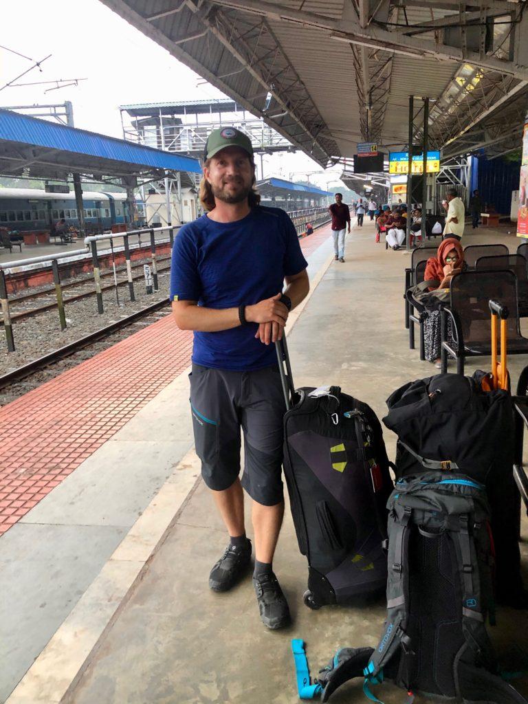 Beim Warten auf den Zug in Tekkady