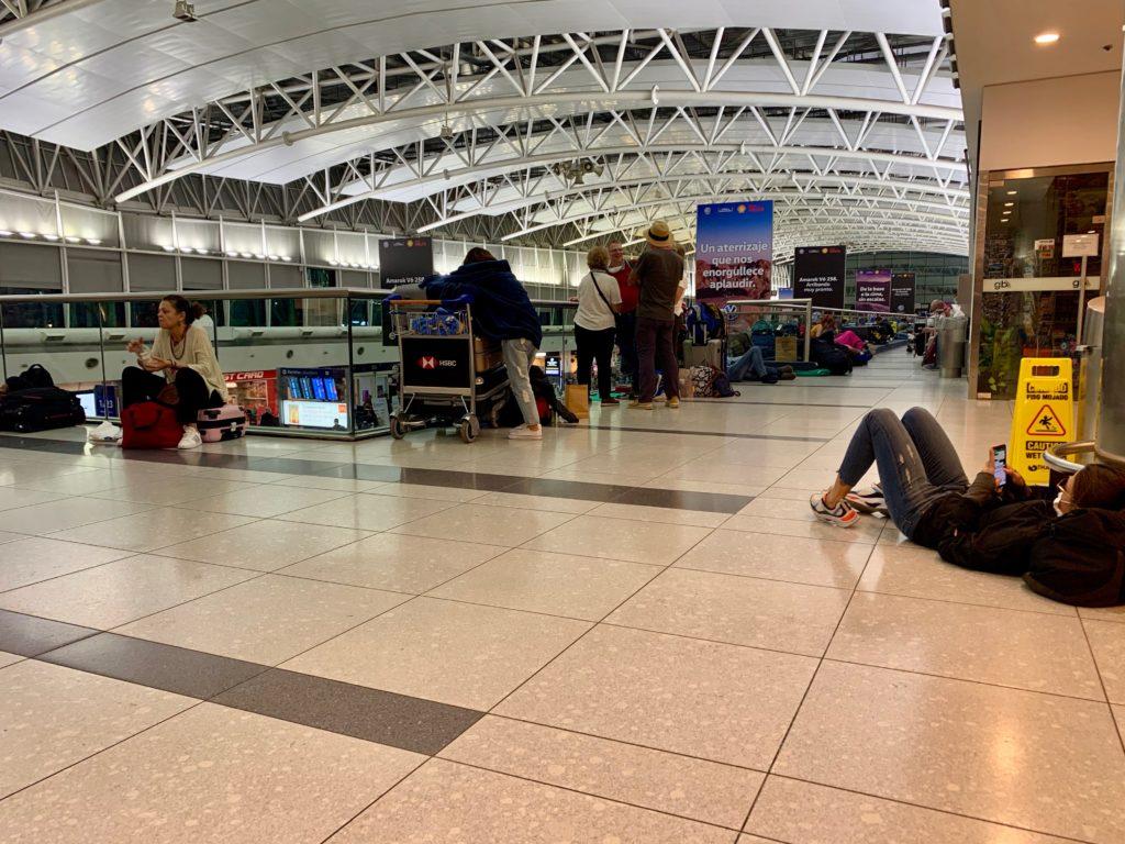 Schlafende Leute am Flughafen Buenos Aires
