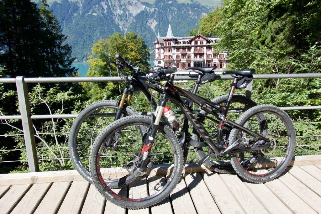Unsere Bikes bei den Giessbachfällen / dem Grand Hotel Giessbach